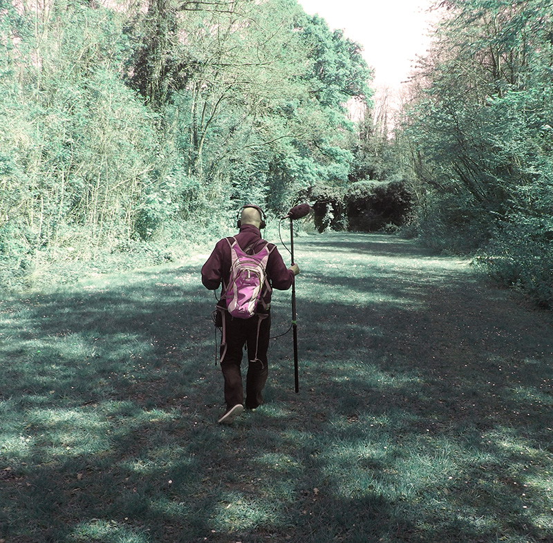 Jean-Philippe Renoult en exploration sonore dans le parc de la Poudrerie. © DR
