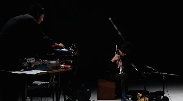 Le plasticien sonore Vincent Epplay retrouve le trompettiste free jazzJac Berrocal sur la scène flottante de BO.