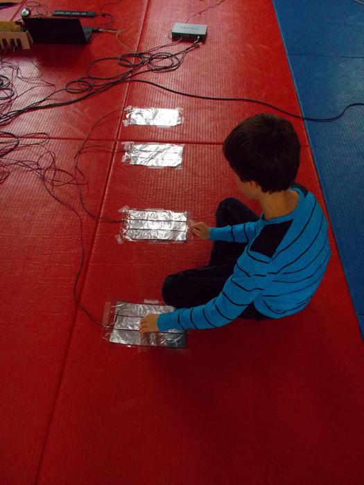 Dans une approche très DiY, Atelier Méditerranée permet aux enfants handicapés mentaux de participer à une lutherie sonore bricolée. ©