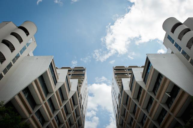 Derrière Paris Plage et les quais du canal de l'Ourcq, les hauts immeubles du quartier des Flandres. © JP Corre