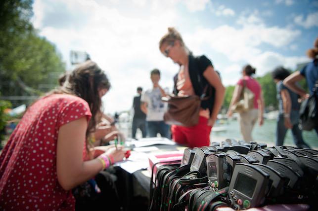 Sur les quais, on va chercher l'audioguide avant d'entamer le parcours « Luna Park ». © JP Corre