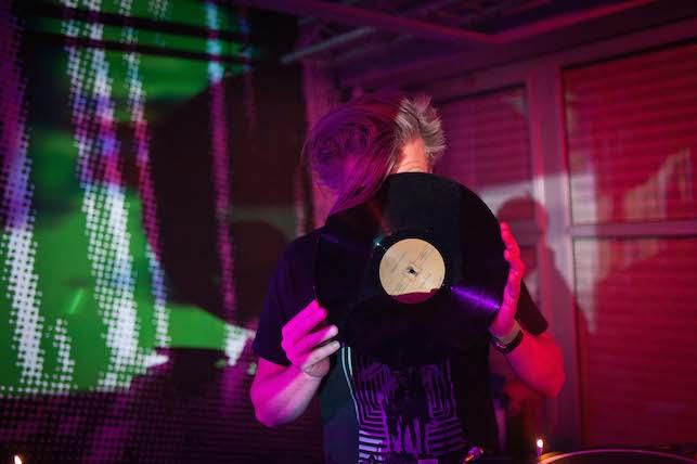 Derrière ce vinyle se cache un grand DJ. © JP Corre