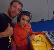 Antoine Capet et un enfant participant à l'atelier Méditerranée à l'école Charles Auray de Pantin en mai 2014. © Julie Crenn-Collectif MU